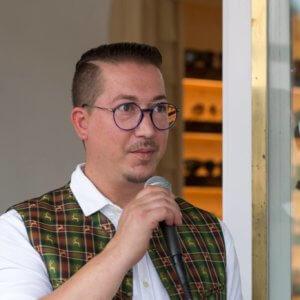 Feierlaune: Rauschendes Eröffnungsfest im Brillenstadl in St. Gilgen